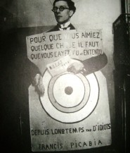 André-Breton-portant-la-cible-dessinée-par-Francis-Picabia-au-festival-Dada